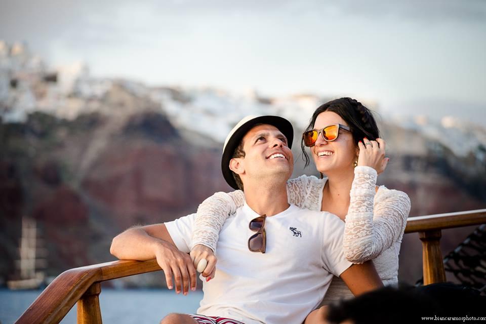 Lulu e maridão na caravela em Santorini
