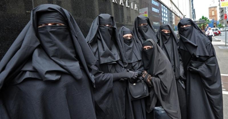 Ingen jävel ska bestämma hur kvinnor ska klä sig! Mulheres-de-burca