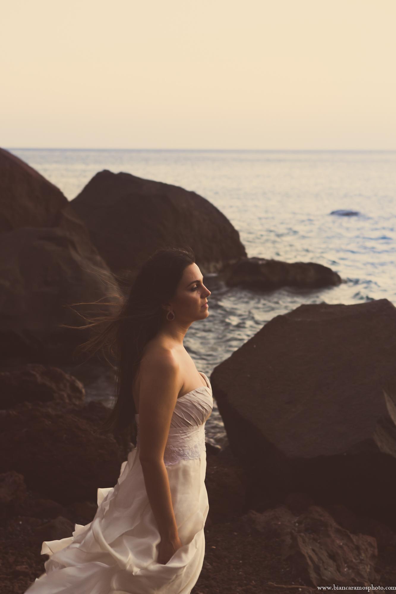 casamento em Santorini foto de noiva praia vermelha