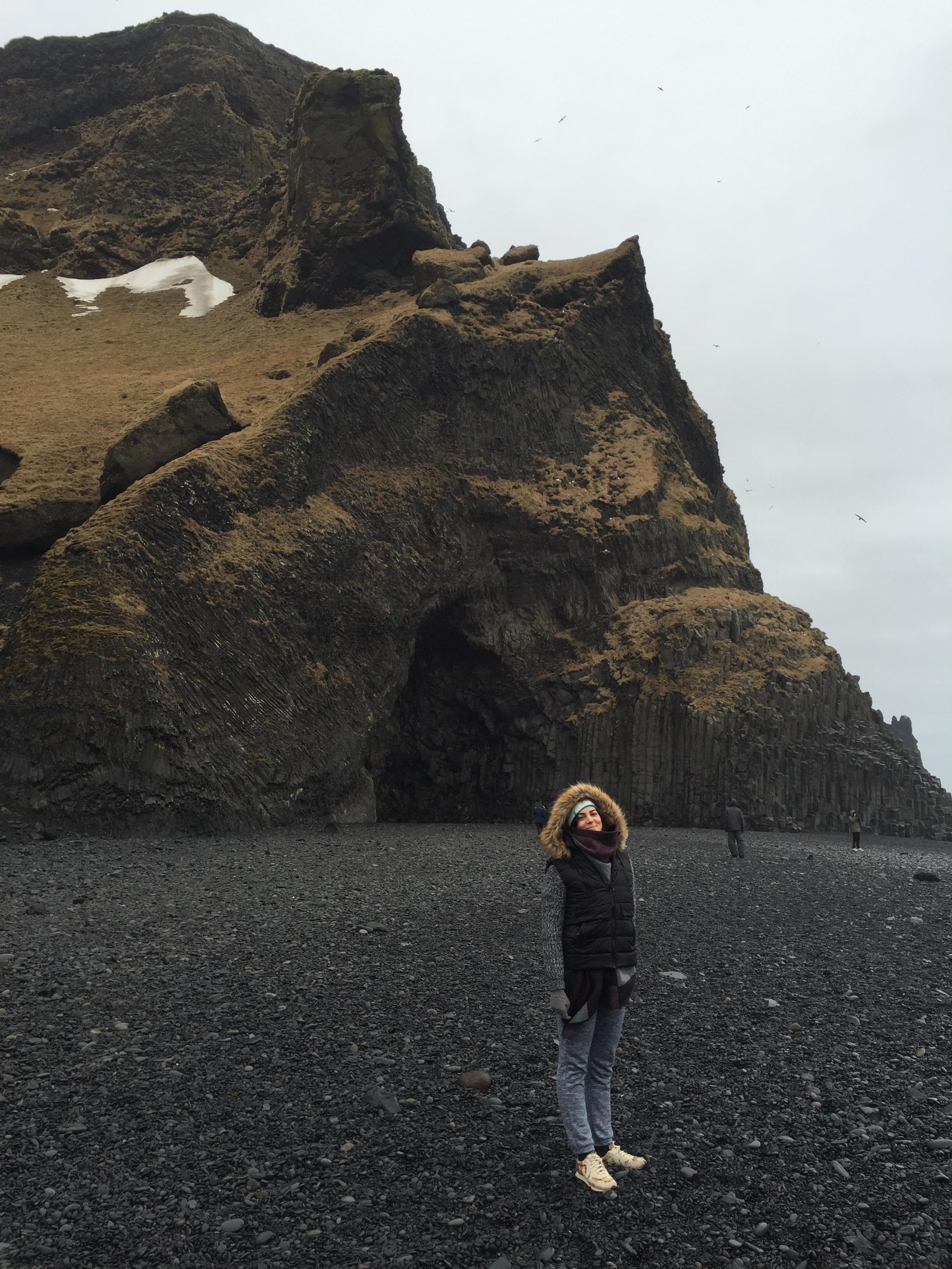 em Reynisfjara, a praia de areias negras da Islândia